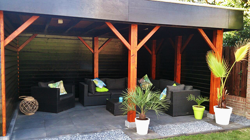 Bestrating voor terras onder overkapping van tuinhuis